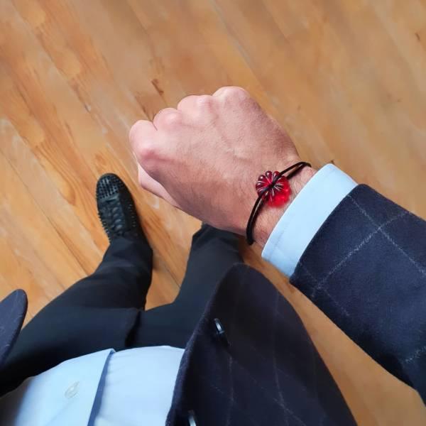 bracelet rosace en cristal rouge sur cordon
