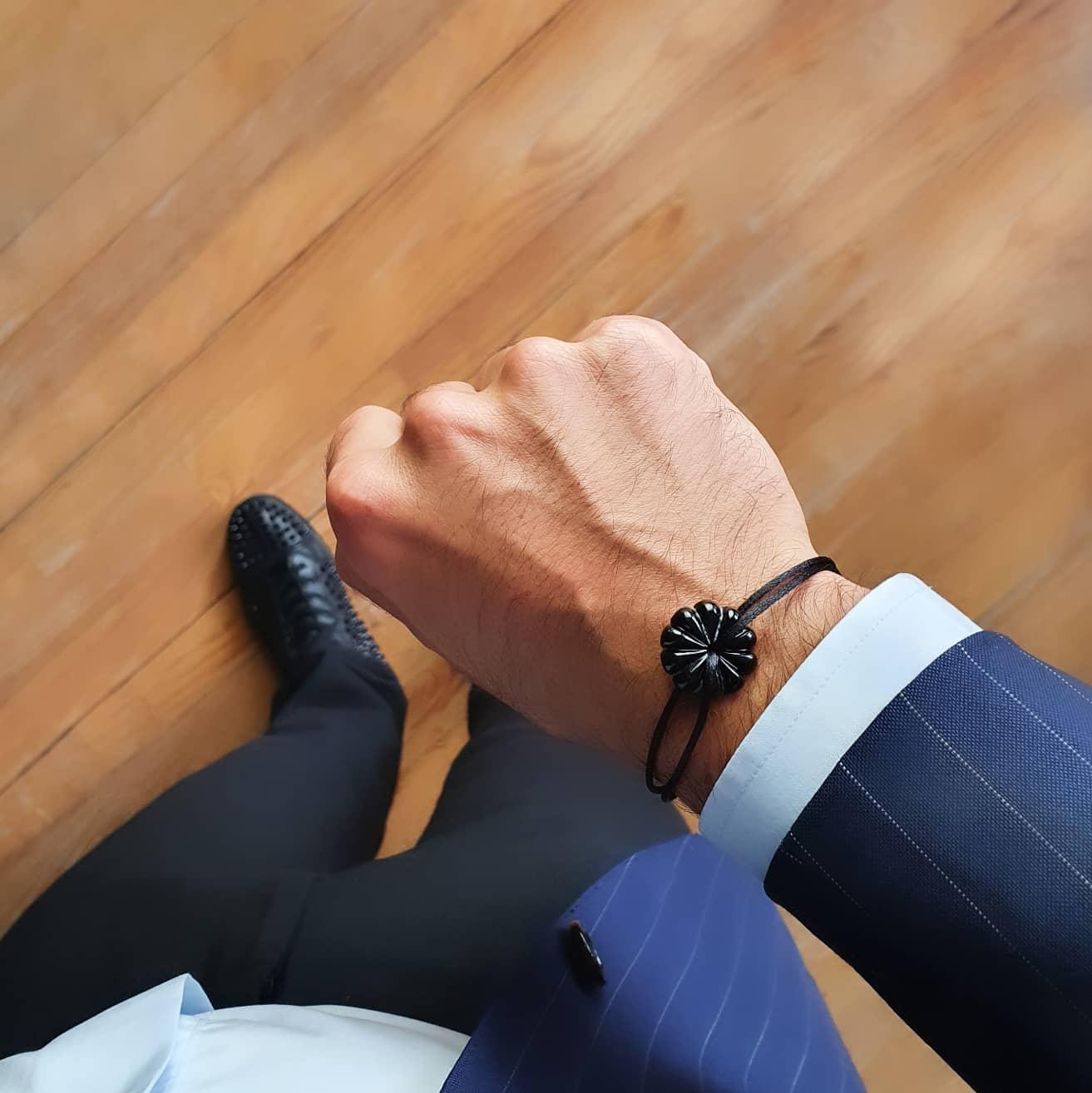 bracelet-cristal-rosace-noir-art-nouveau-sur-cordon-michael-vessiere