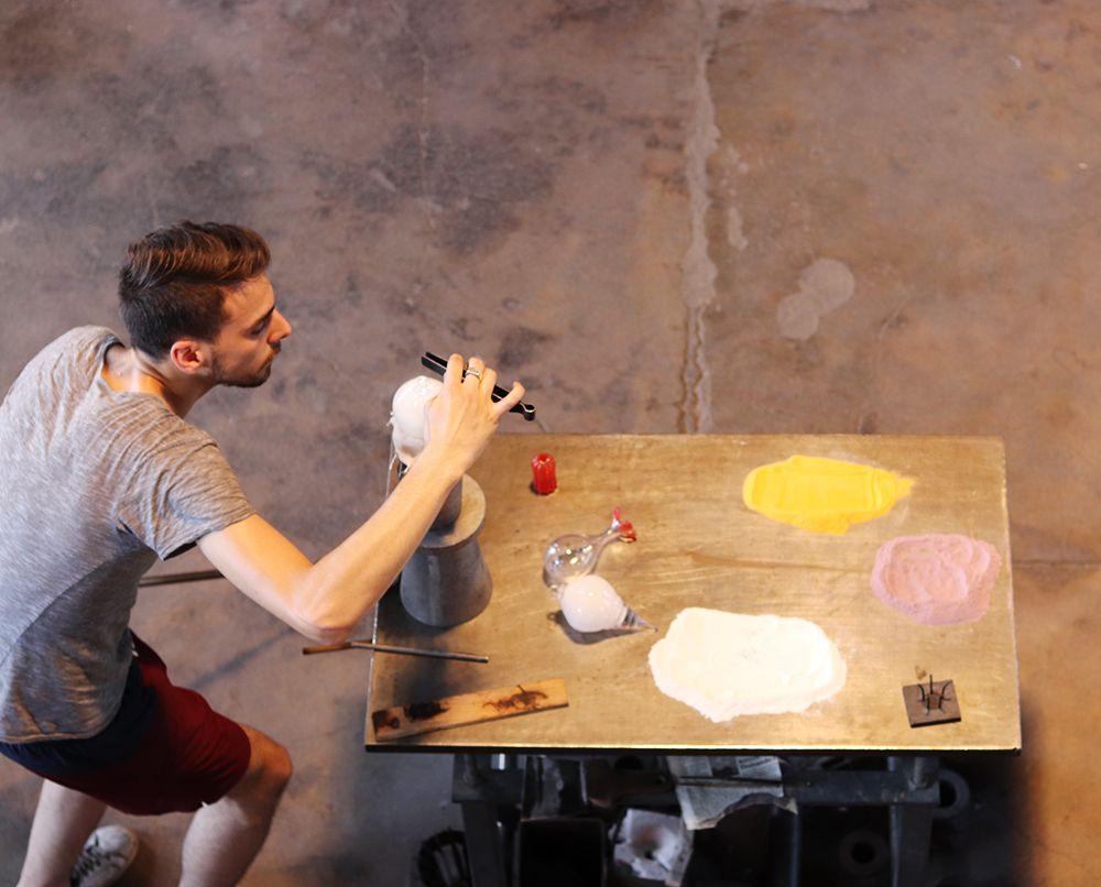 artiste verrier en action de la cristallerie de meisenthal