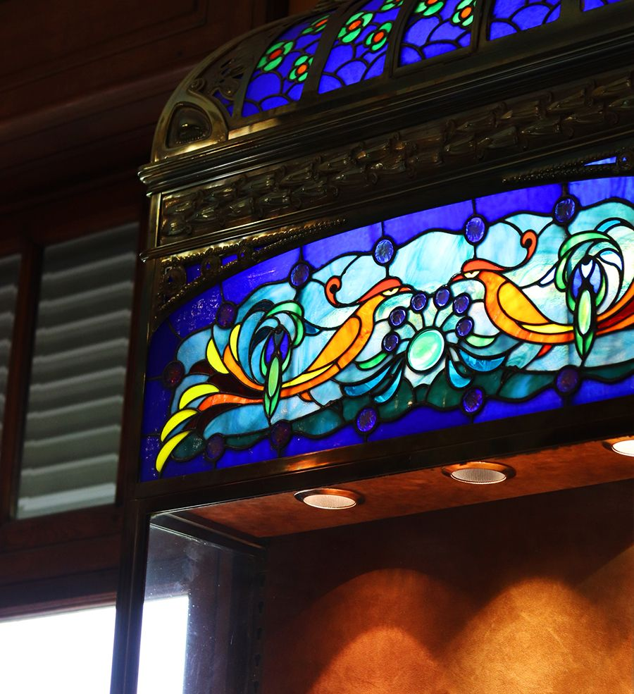 vitrine avec vitrail art nouveau