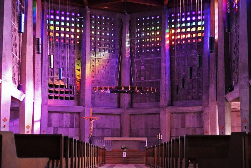 decouverte des vitraux en cristal de baccarat de eglise saint Remy