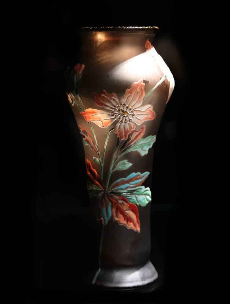vase desire Christian droit bombé vers le haut a socle conique et col évasé en verre soufflé brun satine decor floral a l'email polychrome rehausse de touches d'or bordure doree