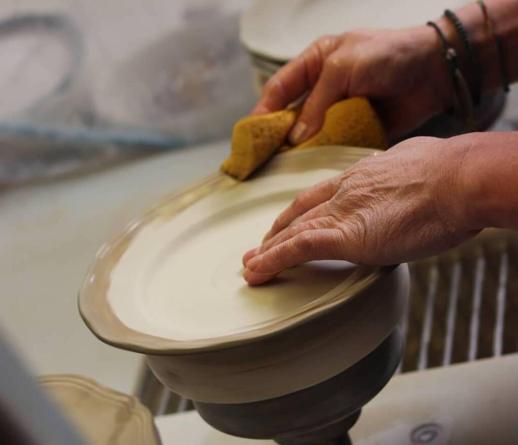 fabrication-assiette-en-faience-de-luneville